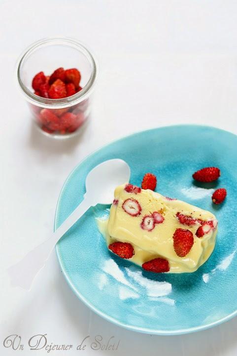 Semifreddo ou parfait au lait concentre fruit de la passion et fraises