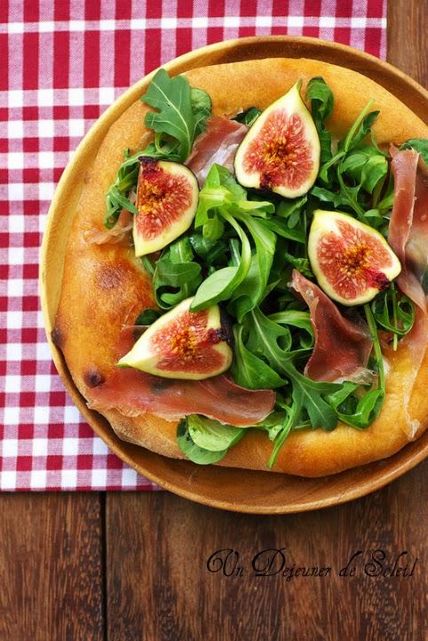 Pizza jambon cru figues mozzarella et roquette