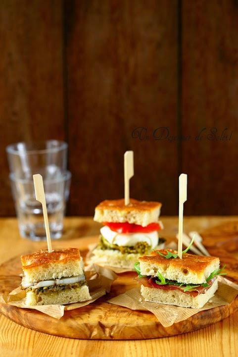 Aperitif italien avec un trio de focaccia sandwichs garnis