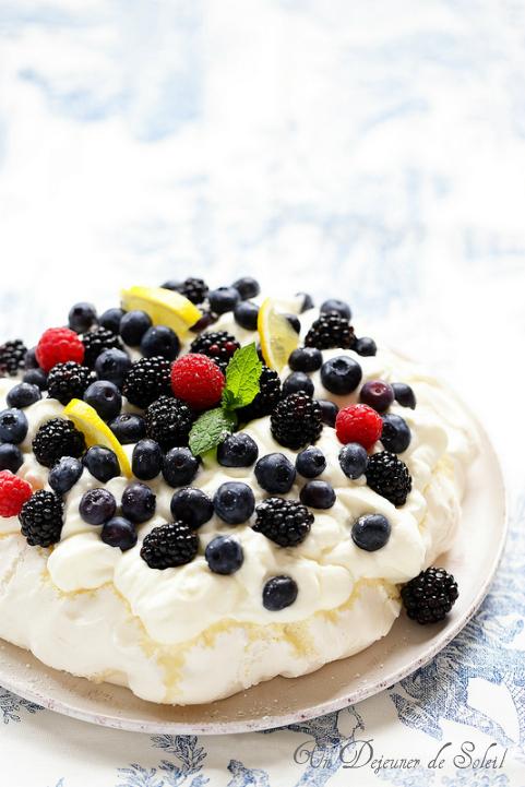 Pavlova myrtilles et mûres avec crème au Limoncello