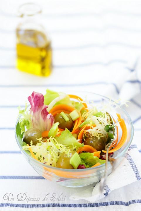 Salade mélangée aux olives et céleri