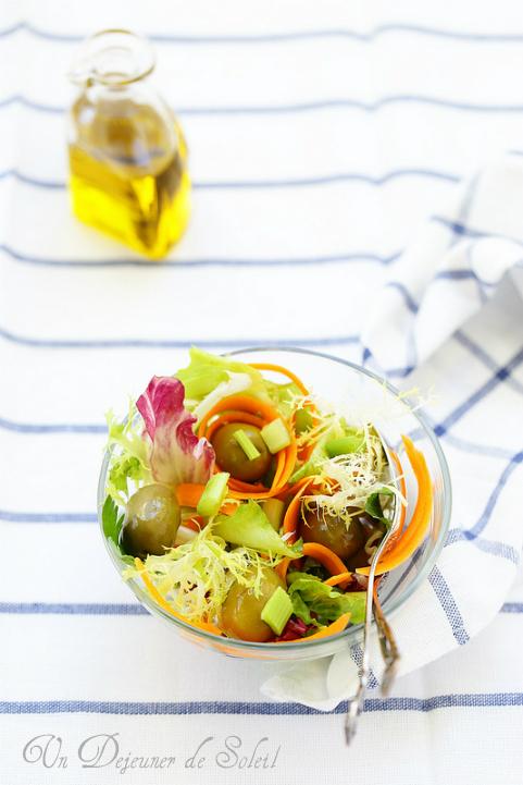 Salade italienne mélangée aux olives céleri et carottes