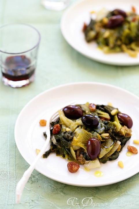 Scarole sautée aux olives, raisins et pignons