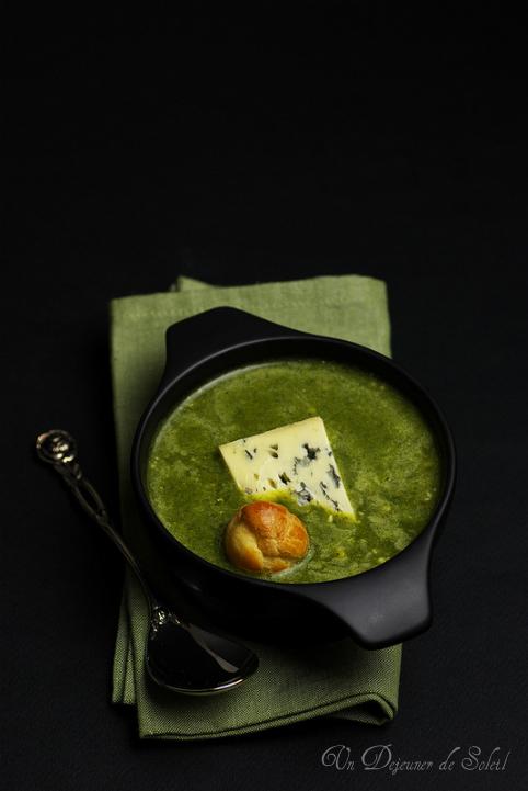 Soupe de cresson et gougères au fromage Fourme D'ambert