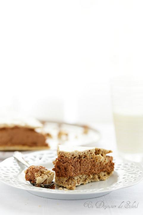 Gâteau ou entremets meringue noisettes, café et mousse au chocolat