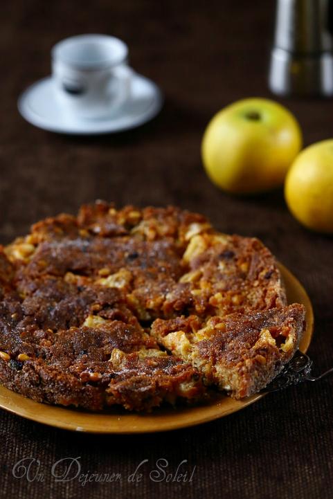 Gâteau italien à la polenta, pommes et fruits secs (torta putana ou pinza)