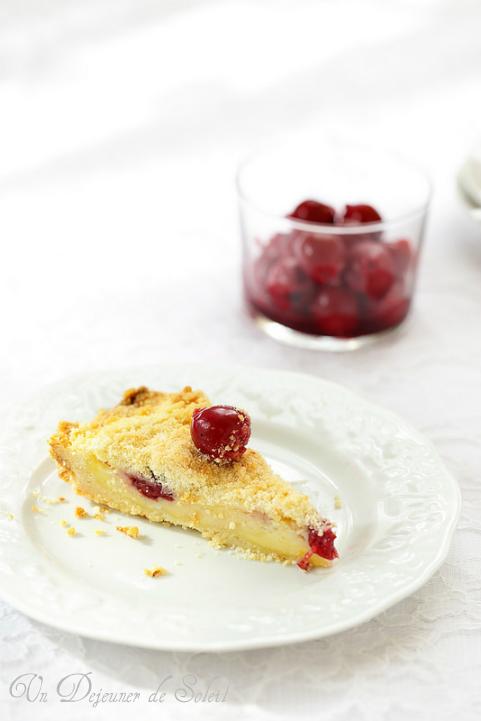 Tarte crumble (sbriciolata) à la crème pâtissière et aux griottes