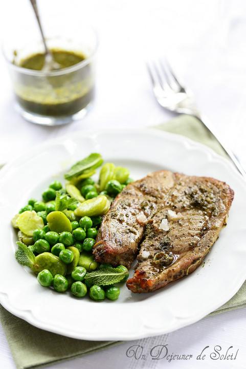 Gigot d'agneau en tranches, sauce à la menthe, fèves et petits pois - Roasted lamb with mint sauce