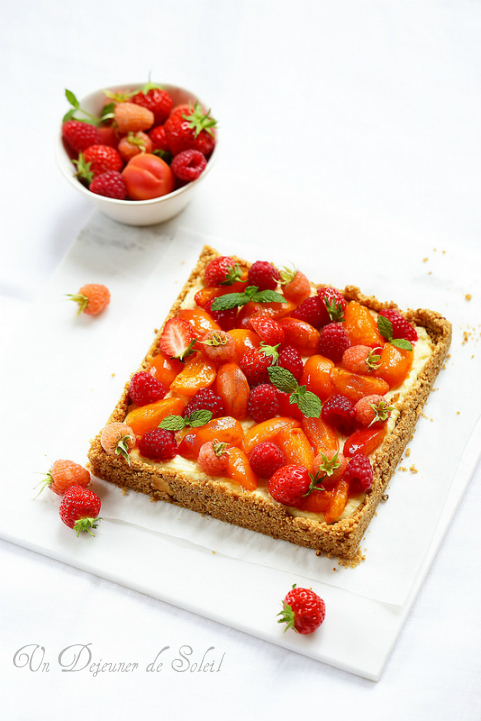Cheesecake ricotta garni de framboises, fraises et abricots - Ricotta cheesecake with raspberries and apricots