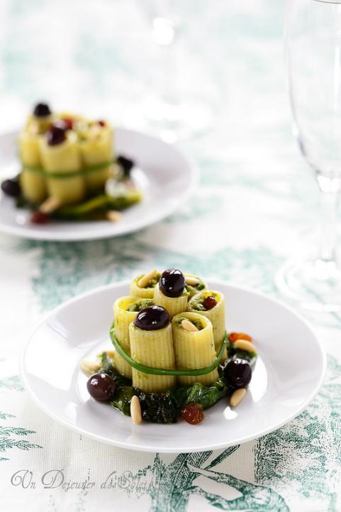 Pâtes rigatoni farcies à la scarole, aux olives et aux pignons