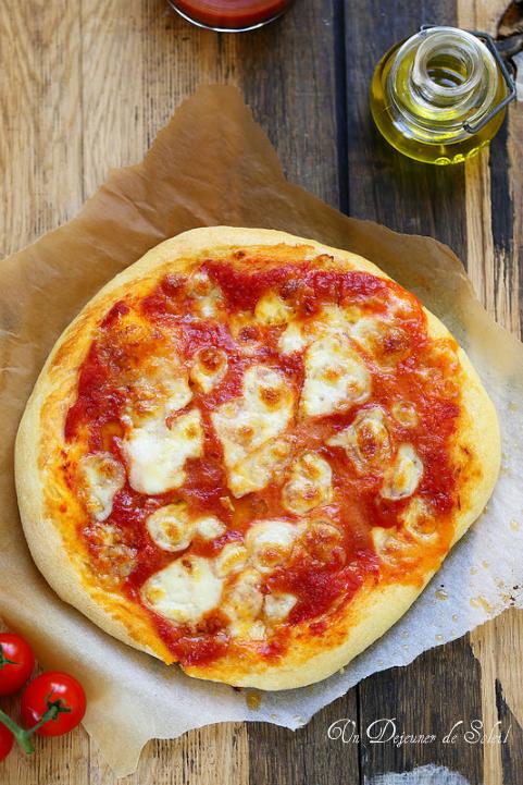 pizza margherita tomate mozzarella et basilic un d jeuner de soleil. Black Bedroom Furniture Sets. Home Design Ideas