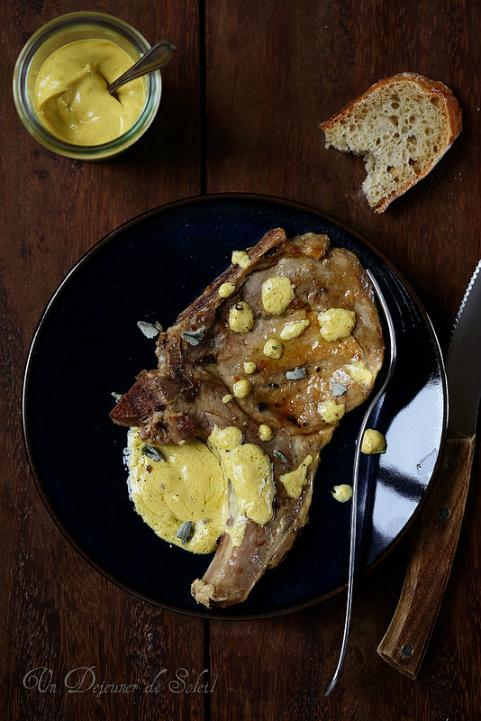 Côtes de porc avec une sauce à la moutarde