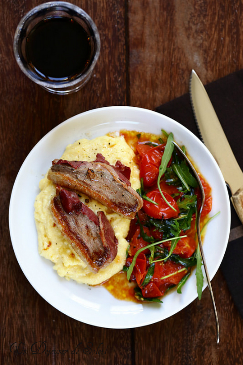 Filets ou magrets de canard enrobée de filet fumé, polenta crémeuse et salade tiède de tomates et roquette, recette et vidéo