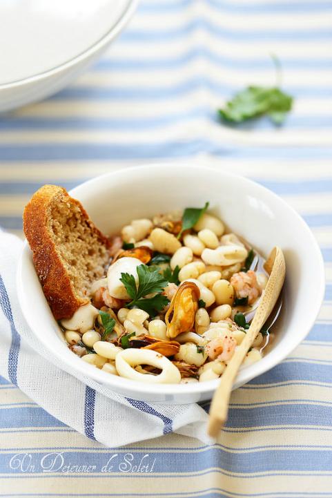 Soupe de haricots et fruits de mer comme en Italie