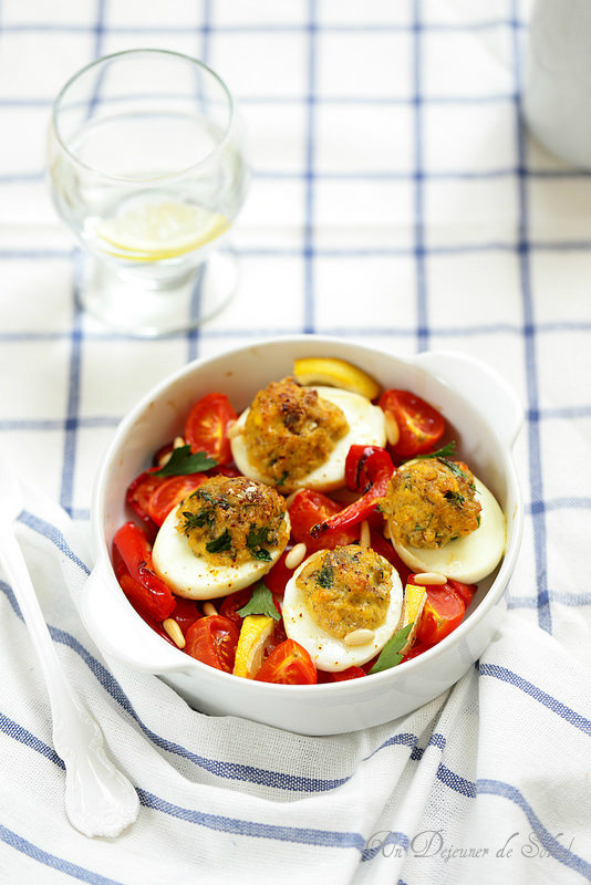 Oeufs durs farcis aux sardines puis gratinés avec des poivrons et tomates rôtis