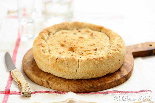 Tourte aux oignons (pizza ripiena di cipolle)