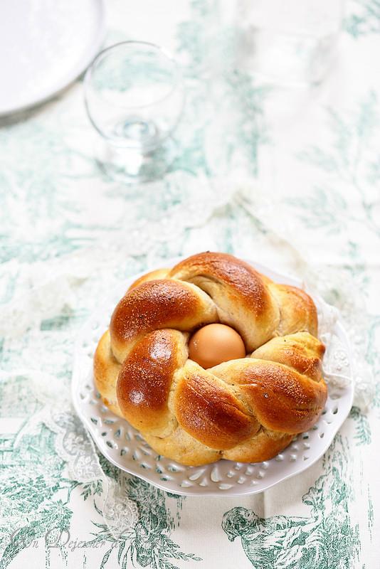 Pain pour Pâques tressé en forme de nids