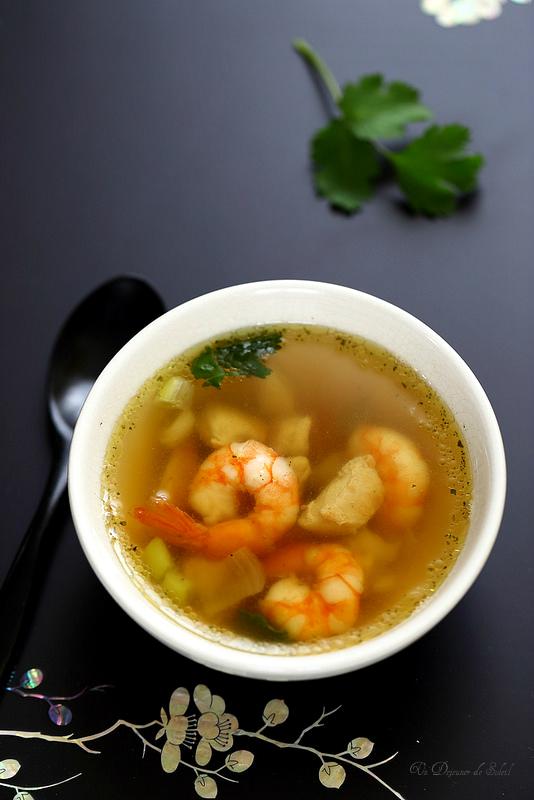 Soupe thaïe de poulet et aux crevettes