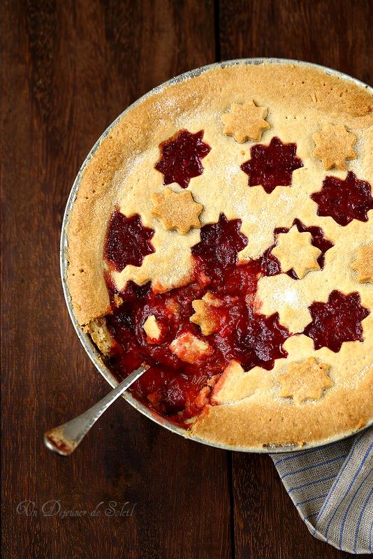 Tourte ou tarte à la rhubarbe et aux fraises