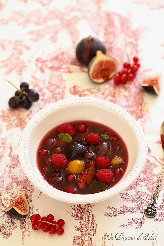 Soupe de figues, raisins et framboises
