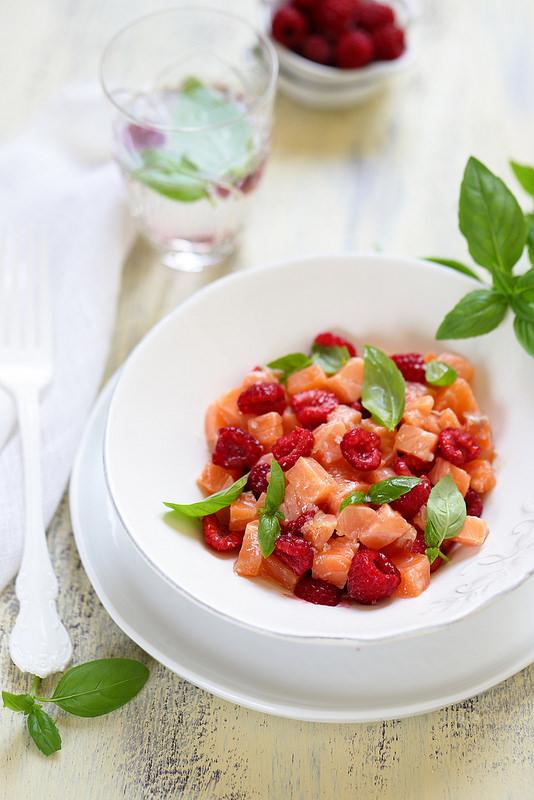 Tartare de saumon aux framboises et basilic