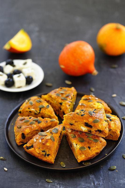 Scone à partager au potimarron, olives et feta