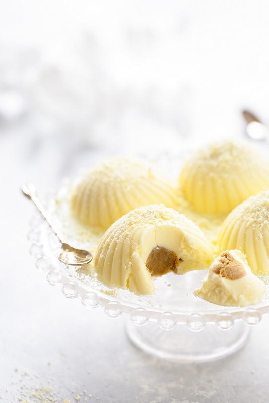 Tartufo bianco gelato (glace chocolat blanc coeur de cafe)