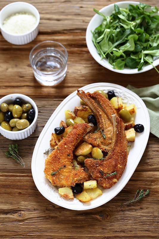 Cotes d'agneau en croute de parmesan, pommes de terre roties aux olives. Facile, rapide, gourmand et italien.