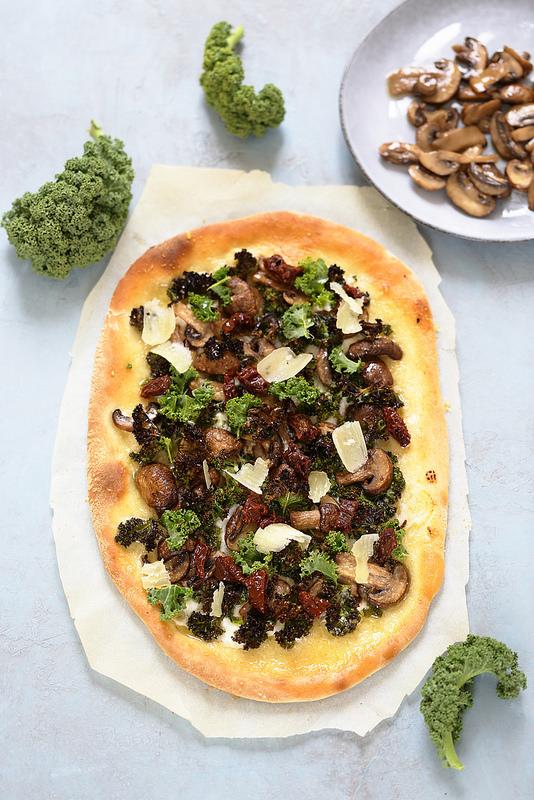 Pizza végétarienne d'hiver : au chou kale, champignons, parmesan un délice facile