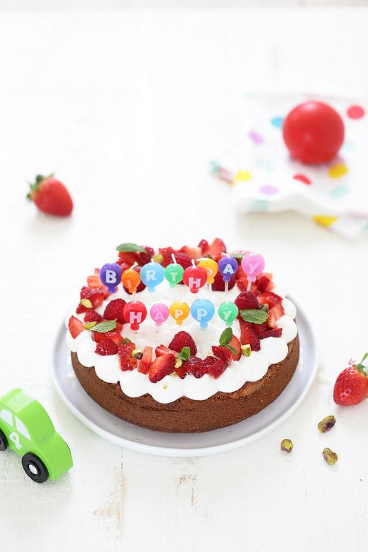 Gâteau yaourt huile olive aux fraises parfait pour un anniversaire, facile a faire avec les enfants sans balance