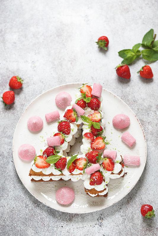 Gâteau chiffre ou number cake fraise coco facile et fraiche