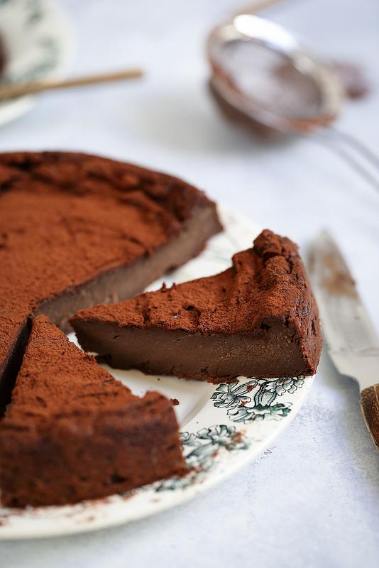 Flan au chocolat sans pâte avec ingrédients placard