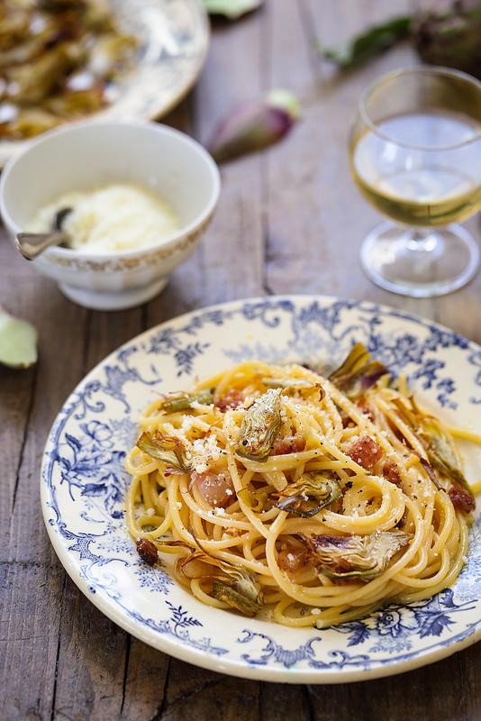 Carbonara calssique italienne avec artichauts croustillants