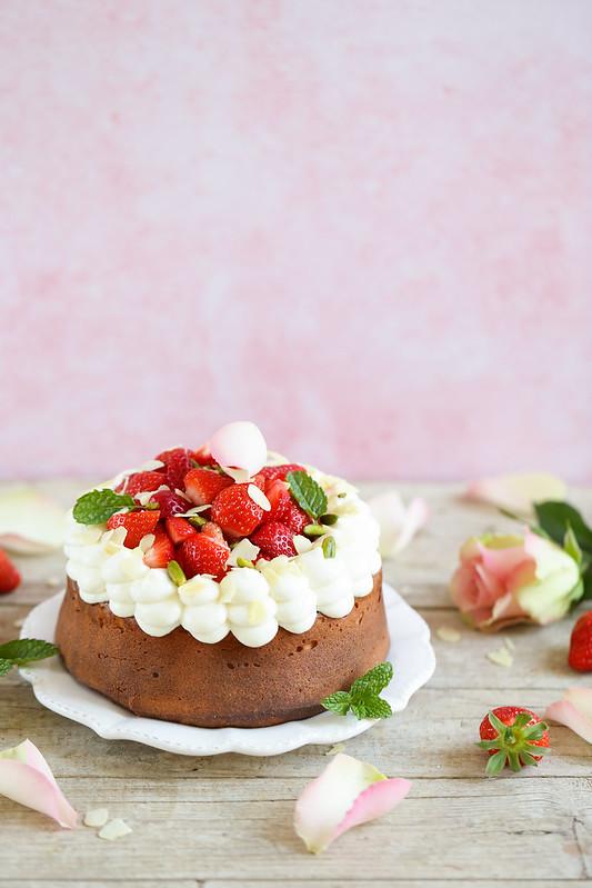Gâteau facile et festif aux amandes, yaourt et fraises