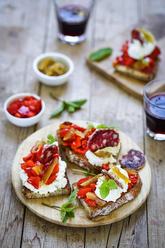 Crostinis ricotta poivrons saucisson recette facile italienne