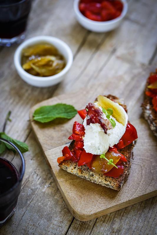 Crostini poivrons ricotta salame antipasti italien