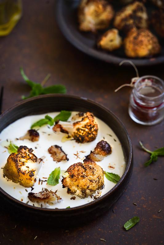Chou-fleur roti epices sauce yaourt