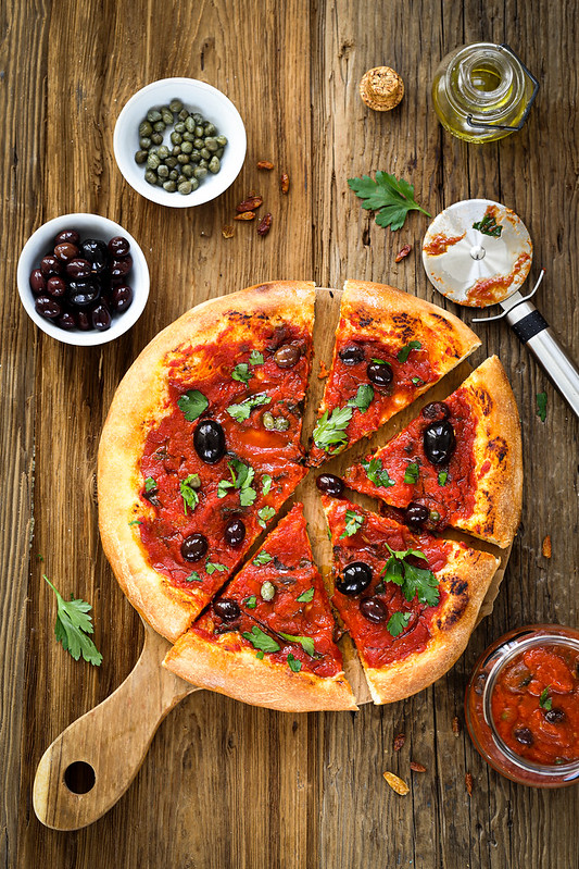 Pizza tomates olives puttanesca recette italienne